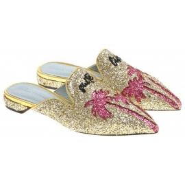 Chiara Ferragni zapatillas cerradas en brillo dorado.