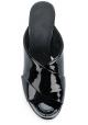 Sandalias de diapositivas de tacón alto Maison Margiela en charol negro.