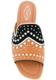 Zapatillas de mujer Tod en piel marrón con tachuelas.