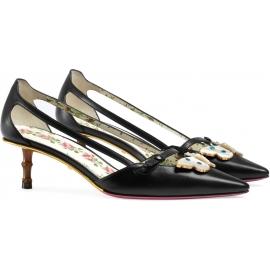 Zapatos de tacón bajo Gucci en piel negra con mariposa.